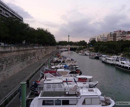 1 /26 - Aby fait un tour en bateau sur la Seine
