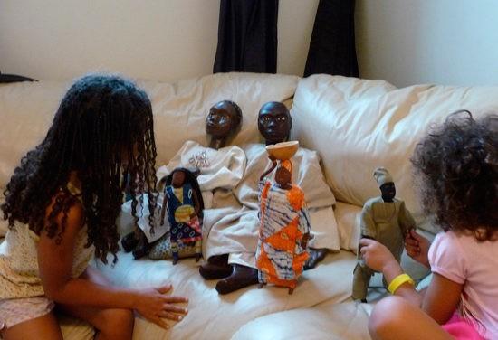 Geneviève Besnier et les marionnettes géantes de Fataro